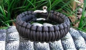 Make-your-own-survival-bracelet-300x174
